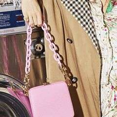 "-Leandra with Pink Cube Chain💕-RG: @manrepeller📸: @Toryrust#theVOLON #thevolonbag #manrepeller #leandramedine #NYFW #SS18collection #fashion #fashionista #trend #craftsmanship #accessories #fashionphotography #styling #handbag #sac #accessories #pinkbag  #ë""본론 #패션 #핸드백 #HAPPYNEWYEAR"