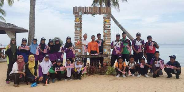 Students from Kelab Pencinta Alam, SMK Tekek participated in beach clean-up